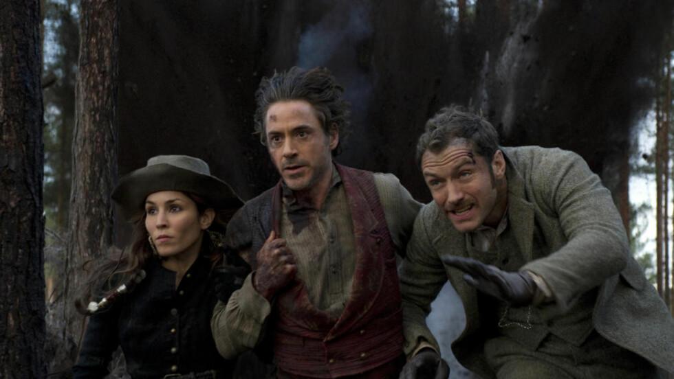 SAKTE OG HEKTISK: Noomi Rapace, Robert Downey Jr. og Jude Law rømmer unna kuleregnet i «Sherlock Holmes: A Game of Shadows».