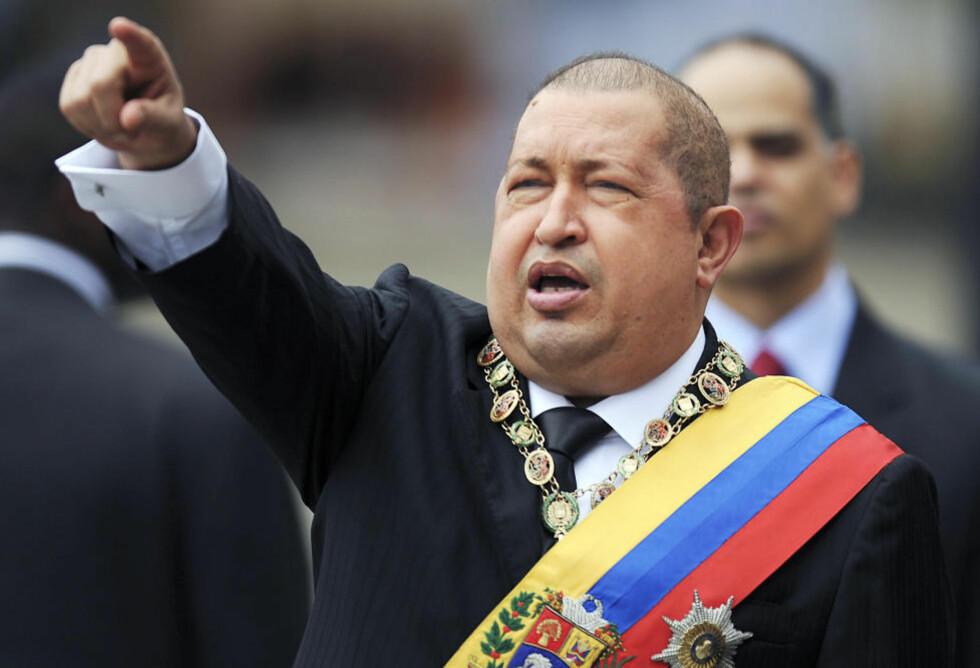 TENTE PÅ NOEN PLUGGER: Venezuelas president Hugo Chávez likte ikke at USAs president Barack Obama fortalte den venezuelanske avisa El Universal at demokratiet er i fare i Venezuela. Foto:  JUAN BARRETO / AFP PHOTO