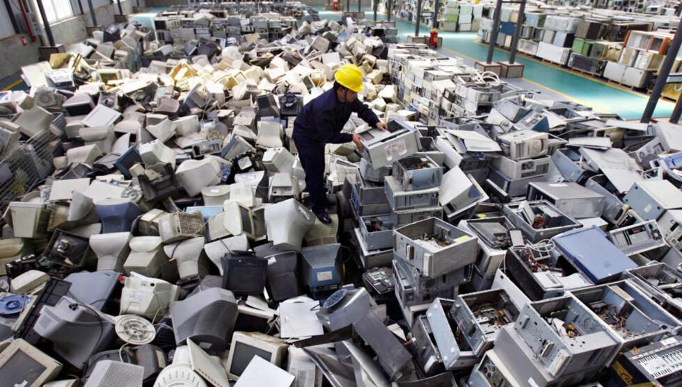 KJAPP UTSKIFTNING En kinesisk arbeider sorterer PC-er i en fabrikk for resirkulering av elektronisk avfall. Bildet er fra mars i år. «En gjennomsnittshusholdning i Norge i dag kjøper ny mobil hvert år, ny laptop hvert annet år og ny TV hvert tre og et halvt år,» skriver kronikkforfatteren. Foto: Reuters/Scanpix