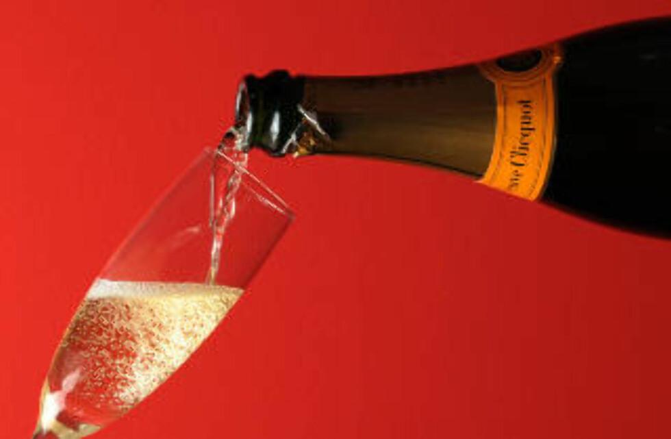 <strong>SPRUDLENDE:</strong> Et godt glass kjølig champagne. Foto: MIGUEL MEDINA/ AFP PHOTO