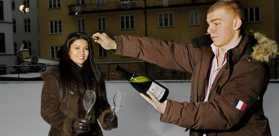 <strong>SABLERING:</strong> Liora Levi og Theodor Kittelsen demonstrerer sablering. Skal du imponere og sablere en champagne eller musserende selv, gjelder tre regler: vær edru, utendørs og ikke sabler rett mot noen. Foto: OLE C.H. THOMASSEN