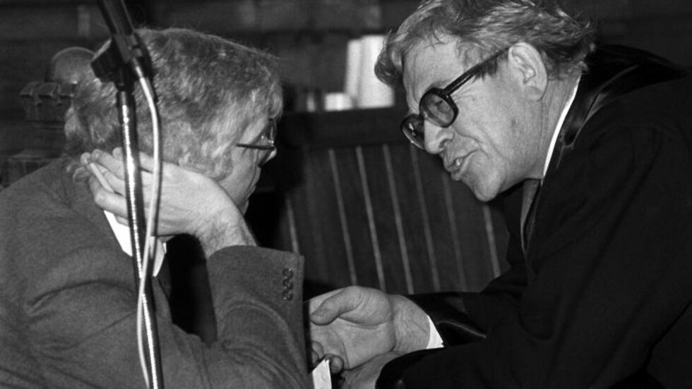 <strong> FAR:</strong>  Far til tingrettsdommer Wenche Elisabeth Arntzen var en av forsvarerne til spiontiltalte Arne Treholt under rettssaken i 1985. Her Andreas Arntzen (t.h.) i samtale med Treholt. Arkivoto: Erik Thorberg / SCANPIX.