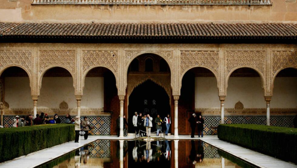 I FRONT: Palasset Alhambra i Granada er bygget av muslimene og står på Unescos verdensarvliste. «For både det kristne Europa og den islamske verden framsto riket helt i vest som overdådig i rikdom, velstand og lærdom,» skriver kronikkforfatterne. Foto: Agnete Brun