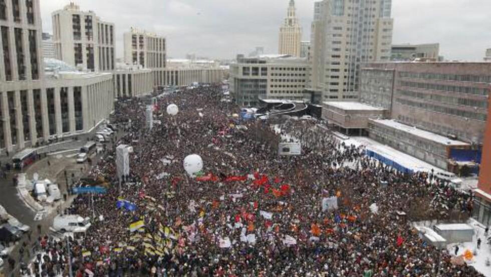 FOLKEHAV:  - Neste gang vil vi bringe en million menneske ut i Moskvas gater, ropte demonstranten Aleksej Navalnij til demonstrantene. Foto: Yuri Kochetkov / EPA