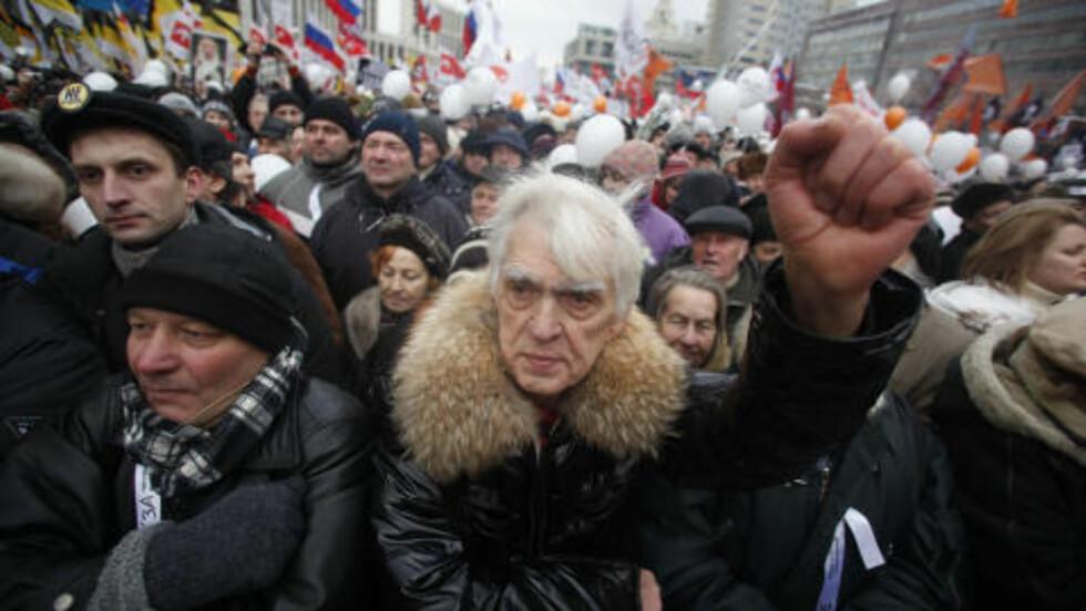 120 000 DEMONSTRANTER:  Omvalg, krever demonstrantene. Foto: Pavel Golovkin / AP Photo