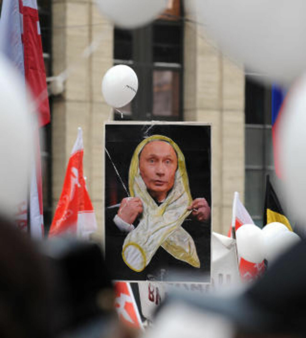 KONDOM-PUTIN:  Putin gjorde narr av demonstrantenes hvite tøystykker ved forrige demonstrasjon og sa de så ut som kondomer. I dag fikk han smake sin egen medisin. Foto: Yuri Kochetkov / EPA