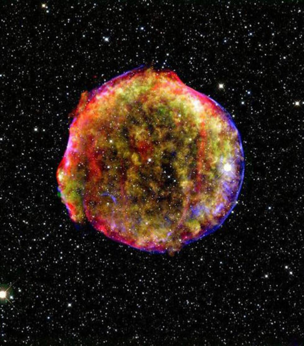 VAKKERT: Supernovaeksplosjonen var ikke bare et stilig skue, men også viktig for forskningen. Såkalte type 1A-supernovaer har en forutsigbar lysstyrke, og kan dermed brukes til å måle avstander. I tur kan dette løse viktige spørsmål innen astronomien og astrofysikken. Bildet er av restene til en annen supernova enn den som eksploderte i år. Foto: AFP PHOTO / NASA/MPIA/CALAR ALTO OBSERVATORY/OLIVER KRAUSE