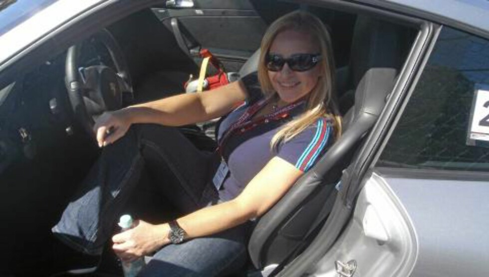 PORSCHE-LADY: For Anne Chr. Winness er det Porsche 911 som er bilen. Foto: Egil Nordlien HM Foto
