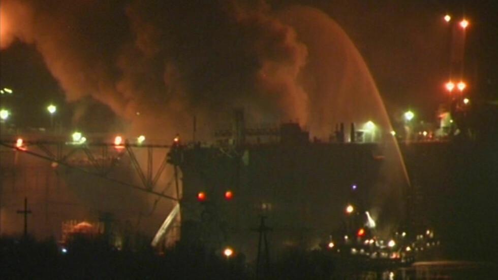 STORBRANN: Flammene sto i kveld ti meter opp i lufta, og Bellona fryktet utslipp etter brannen i en atomubåt i Murmansk. Foto: Reuters/Scanpix