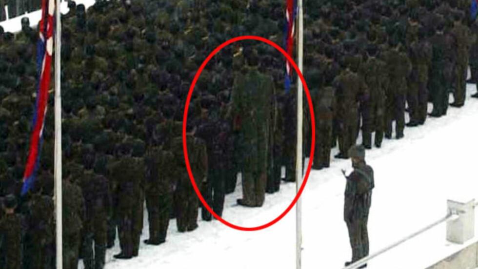 GIGANT: Den nord-koreanske soldaten er ti hoder høyere enn alle andre.