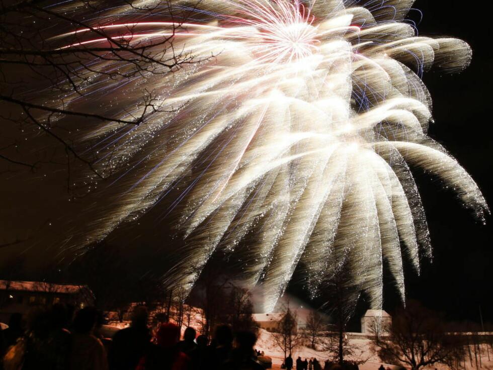FLERE SKADER:  Skader i hender og ansikt ble resultatet etter årets nyttårsfering. Dette bildet er tatt av rakettene fra Kristiansten festning i Trondheim.  Foto: Gorm Kallestad / Scanpix