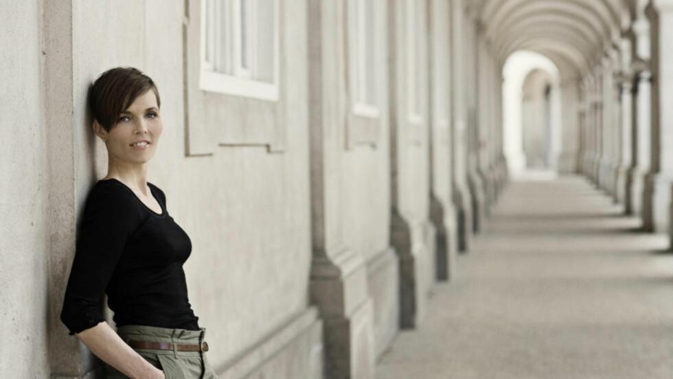 MIDDELALDERROMAN: Den danske forfatteren Anne Lise Marstrand-Jørgensen har skrevet roman om Hildegard von Bingen. Foto: FORLAGET PRESS / ISAK HOFFMEYER