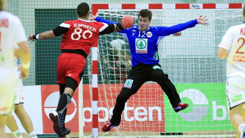 TAP: Keeper Ole Erevik i duell med Mohamed Shebib under landskampen i håndball mellom Norge og Egypt i Terningen Arena på Elverum.  Foto: Cornelius Poppe / SCANPIX