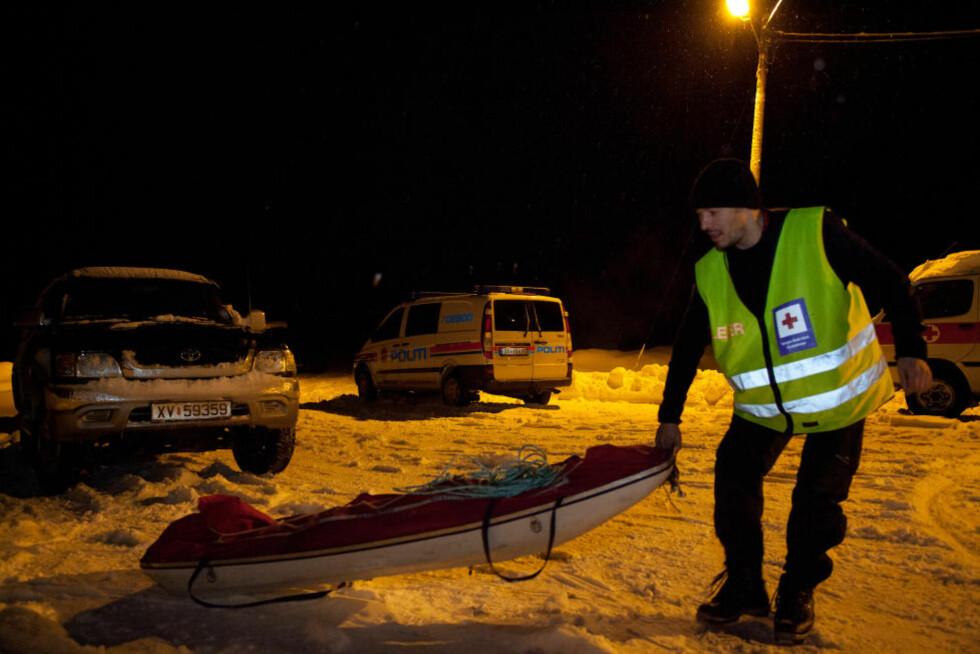 MANN FRA GRANE OMKOM: Redningsmannskaper forbereder å hente ned de to omkomne etter helikopterstyrten utenfor Mosjøen i ettermiddag.  Foto: Frode Meosli / Dagbladet