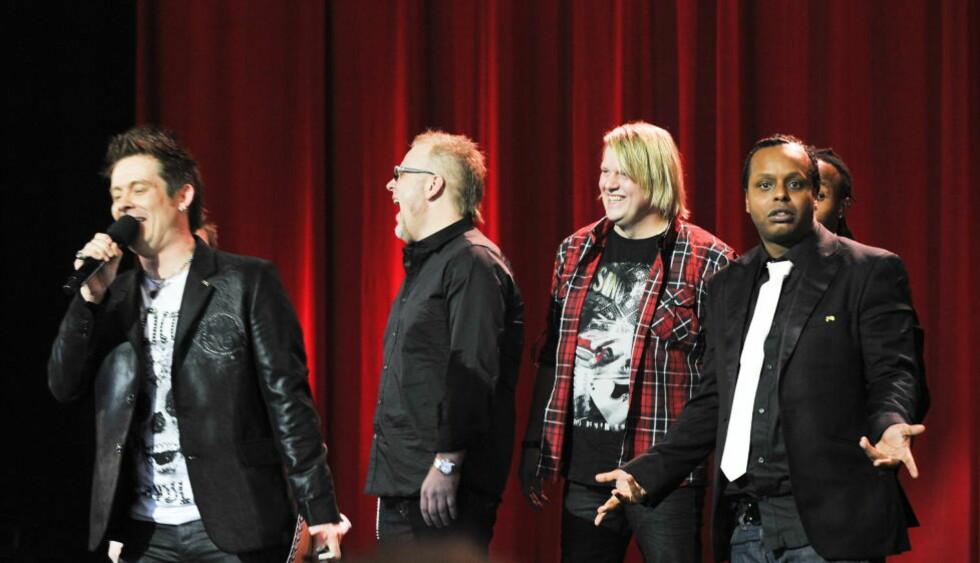 HAKESLEPP  : Etter at Plumbo-vokalist Lars Erik Blokkhus kalte Madcon-gutta for «mokkamenn», ble Yosef Wolde-Mariam (t.h) stående med hakeslepp på scenen. Foto: SCANPIX