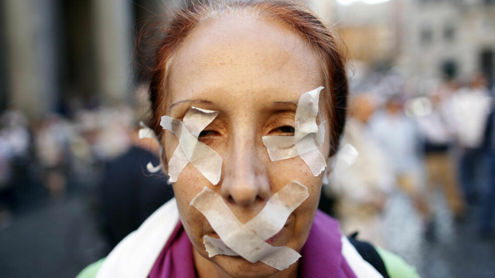 <strong>PROTESTERER:</strong> Her protesterer en kvinne i Roma mot myndighetenes regelendringen av opphavsrettrettighetene. Foto: Tony Gentile/Reuters