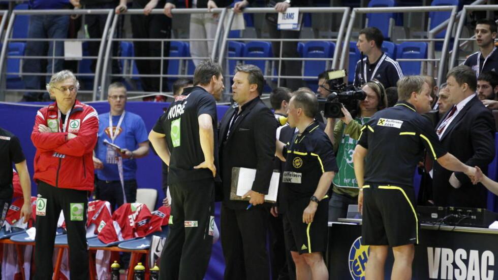 DISKUSJON: En skuffet Robert Hedin som kjefter på dommere etter at Norge tapte 34-32 mot Island. Foto: Gorm Kallestad / Scanpix