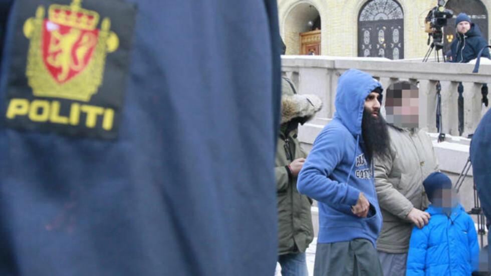 """DEMONSTRASJON: Muslimer demonstrerte fredag mot Norges deltakelse i krigen i Afghanistan utenfor Stortinget fredag. Gruppen som står bak demonstrasjonen, mener alle nordmenn er skyldige i """"massakre av uskyldige"""" i Afghanistan. En av de antatte arrangørene av demonstrasjonen, Arfan Bhatti, er blant de frammøtte. Foto: Heiko Junge / Scanpix"""
