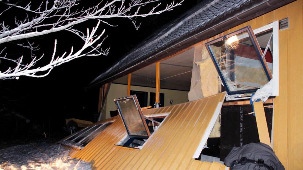 LIVSFARLIG: En eksplosjon i en propanflaske forårsaket enorme skader på bolighuset i Hokksund. Foto: Ole Christian Nordby