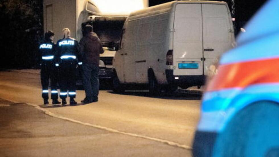 FANT AUTOMATEN: Da den mistenkte bilen var identifisert kontaktet Jan  politiet og i løpet av en halv time var en patrulje var på stedet. Bilen var ikke låst og i lasterommet lå den stjålne automaten. Foto: Øistein Norum Monsen/DAGBLADET.