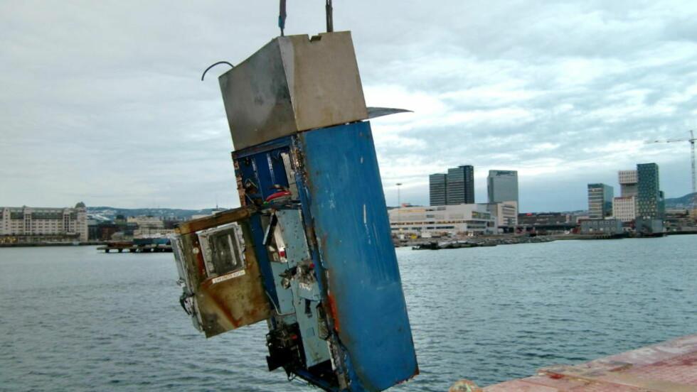 DUMPET: Etter at automatene var tømt for penger, ble de dumpet i havnebassenget ved Operaen. I 2010 anslo Ruter at 4,7 millioner kroner var brukt på å erstatte og reparere ødelagte billettautomater. Foto: Securitas