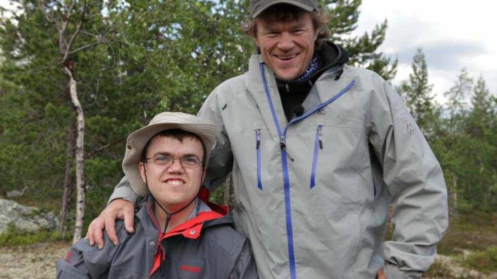 FREDRIK OG MONSEN:  Fredrik Alden Thorsen er en av de elleve deltakerne i «Ingen grenser»-ekspedisjonen, som eventyrer Lars Monsen leder. Foto: NRK