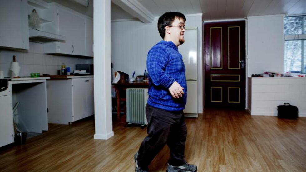 PUSSER OPP:  Fredrik har hele 388 kvadratmester å boltre seg på. Dette er den gamle skolens tidligere gymsal, som han har gjort om til en leilighet. FOTO: PAUL S. AMUNDSEN / Dagbladet