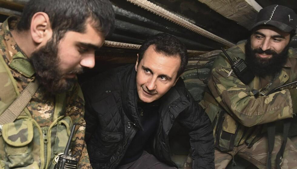 TAKKER SOLDATENE: Her snakker Bashar al-Assad med soldater under et besøk til Jobar, nordøst i Damaskus i 2015. Han takket soldatene for at de kjempet mot terroristene. Foto: Reuters / Sana / NTB Scanpix