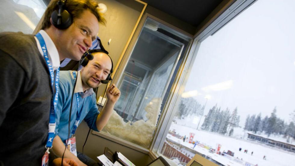 VEDDEMÅL: Til vanlig sitter Jann Post (til høyre) i bua sammen med ekspert Torgeir Bjørn og kommenterer langrenn for NRK. I dag bytter han ut headset med ski, når han selv skal gå prologen i NM-sprinten. Havner han mindre enn ett minutt bak vinneren, må Thomas Alsgaard ut med ei god flaske vin. Foto: Håkon Mosvold Larsen / SCANPIX