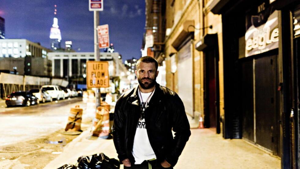 BJARNE MELGAARD: Hvordan skal DNB gå i takt med kunstneren Melgaard, inn hans univers av seriemordere, selvmord, selvskading, sadomasochisme, snuff, krig, voldtekt, massakrer, narkotika og kvelningssex? spør kommentator Kjetil Rolness.  Foto: Johannes Worsøe Berg