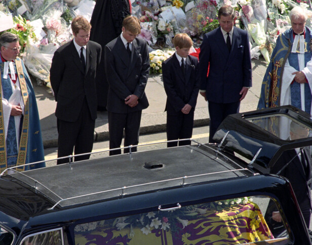 BEGRAVELSEN: Spesielt da prins Charles og sønnene William og Harry fulgte kisten til Diana til Westminster Abbey hvor begravelsen skulle finne sted, var prinsen livredd for å bli skutt. Foto: Rebecca Naden/ NTB Scanpix.