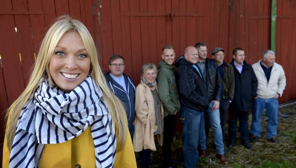 DRØYT: Linda Lindorff har ledet «Bonde söker fru» i ti år. Til den svenske avisa Expressen sier hun at bøndene i årets sesong har mer sex enn noen gang. Her er hun avbildet med frierne fra 2014. Foto: NTB / Scanpix