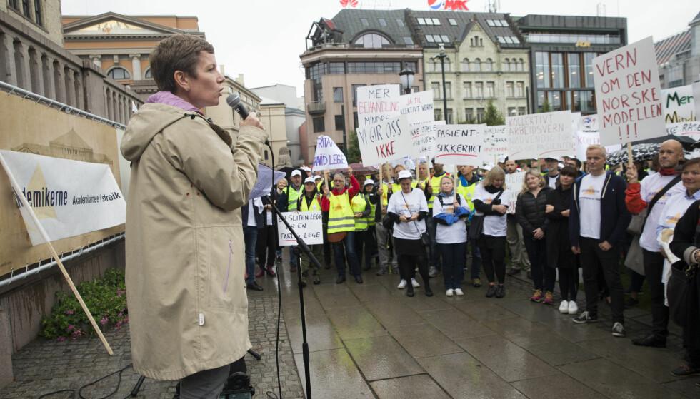 STREIK: President i legeforeningen, Marit Hermansen taler her til de streikende legene. Arbeidsgiverforeningen Spekter mener legene overdriver. Foto: Terje Bendiksby / NTB scanpix