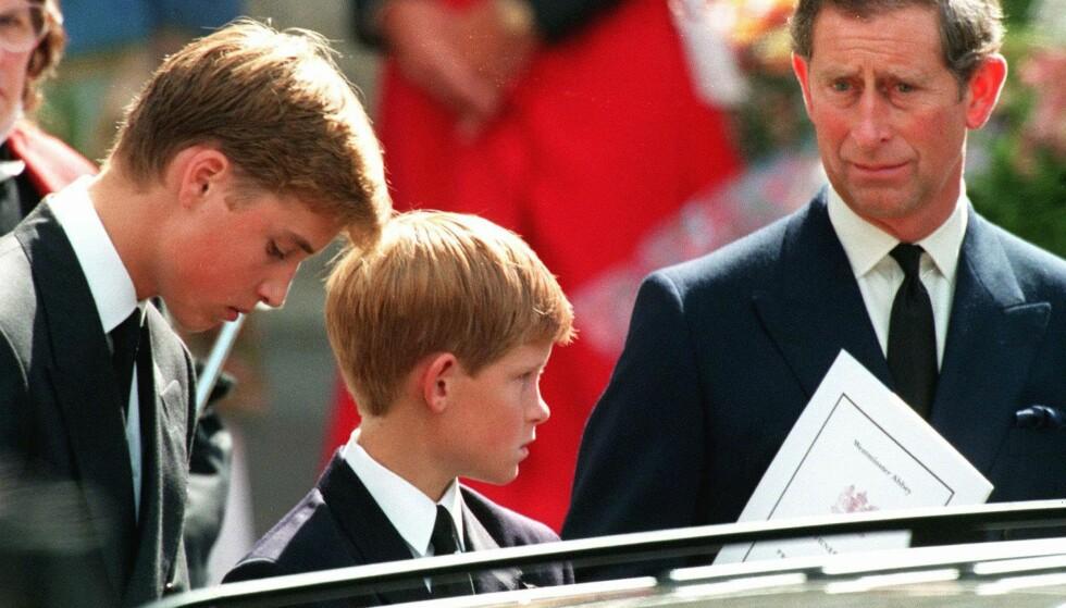 KRITISK TIL PRINSEN: Sammen med sønnene William og Harry før begravelsen. Folkemengden rundt var ikke særlig begeistret for Charles kommer det fram i ny bok. Foto: Joel Robine/NTB Scanpix.