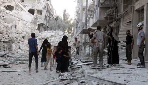 SPERRET INNE: Helt siden juli måned har mer enn 200 000 sivile syrere vært sperret inne i det østlige Aleppo. I helga opplevde de den verste bombingen på mer enn fem år, og minst 185 personer ble drept. Situasjonen er kritisk, men innbyggerne har ikke noe sted å dra. Foto: Thaer Mohammed / Afp / Scanpix