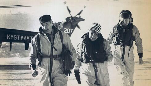 OMSTRIDT: Som leder for Flyhavarikommisjonen, ledet Mohr granskingen av flyulykken i Mehamn i 1982. Dette ble en sak som stadig ble gjenstand for konspirasjonsteorier og gjenopptagelser, uten at det noen gang er funnet grunnlag til å betvile den opprinnelige kommisjonens konklusjoner. På bildet ankommer Mohr Mehamn sammen med konstituert politimester Liv Daae Gabrielsen og sekretariatsleder Ragnar Rygdestad. Foto: NTB Scanpix