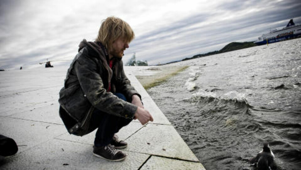 FARVEL: Fagereng håper at den lille lomvien holder seg på havet og ikke kommer inn til byen igjen. Foto: Håkon Eikesdal/Dagbladet