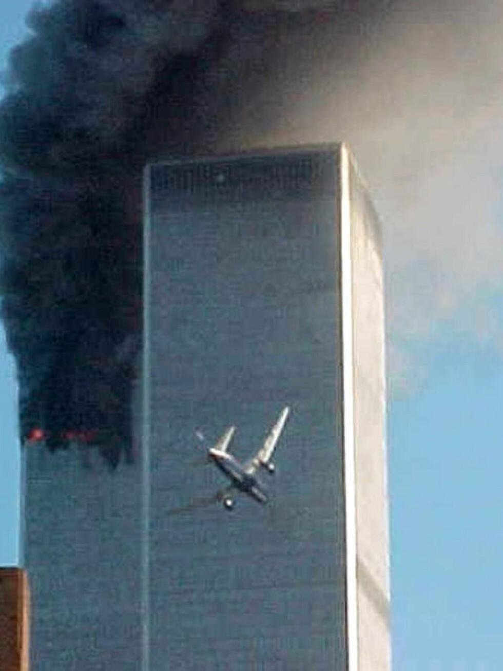 3000 DREPT: Det andre flyet, United Airlines Flight 175, er på vei inn i det sørlige tårnet av World Trade Center, morgenen 11. september 2001. Tilsammen døde nærmere 3000 mennesker i angrepene på WTC og Pentagon. Foto: Carmen Taylor/AP/Scanpix