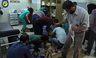 OVERFYLT: Skadde får behandling på et av de sju provisoriske helsestasjonene i opprørskontrollerte Øst-Aleppo. Under 35 leger jobber døgnet rundt, mens stadig nye pasienter bæres inn. Foto: Syrian Civil Defense White Helmets / Ap / Scanpix