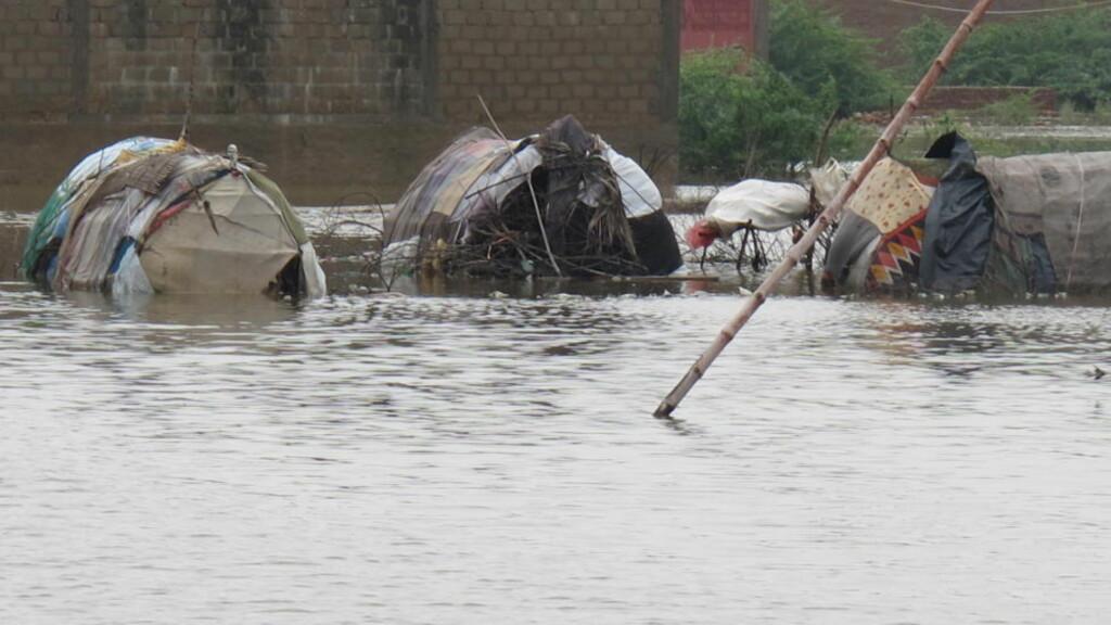 OVERSVØMMET: Fortvilte mennesker flyktet fra hjemmene sine og satt opp en teltleir her, bare for å bli oversvømmet igjen. Manskap fra Kirkens Nødhjelp er til stede i Sindh-provinsen, der flommen har rammet hardest. Foto: Mohammad Naeem/Kirkens Nødhjelp