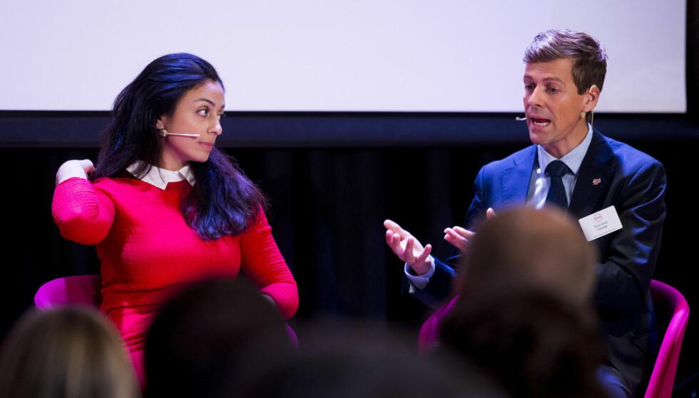MOT FORSKJELLER: KrF-leder Knut Arild Hareide i samtale med Ap-nestleder Hadia Tajik på Agendas «framtidskonferanse» om hvordan økende forskjeller bør bekjempes. Hareide lover avklaring i begynnelsen av november om hvem KrF vil samarbeide med i neste stortingsperiode. Foto: NTB Scanpix