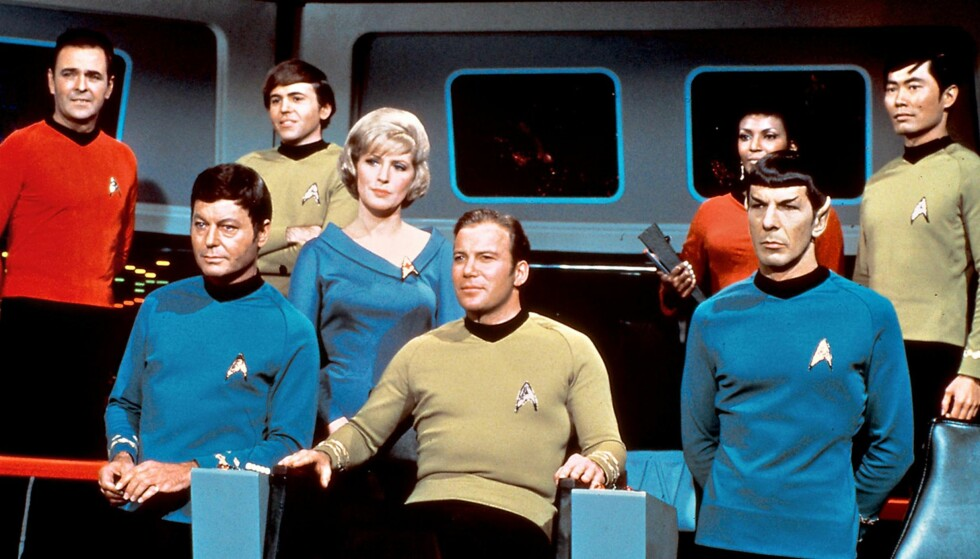 MANNSKAPET: Teamet som fører USS «Enterprice» gjennom rommet i den første «Star Trek»-  serien. I midten kaptein James T. Kirk spilt av William Shatner (seinere kjent som advokaten Denny Crane i serien «Boston Legal») og ved hans side den mystiske Mr. Spock spilt av Leonard Nimoy (som døde i fjor), en av serien mest populære   figurer. Etter mange forviklinger hadde serien premiere på NBC 8. september 1966.