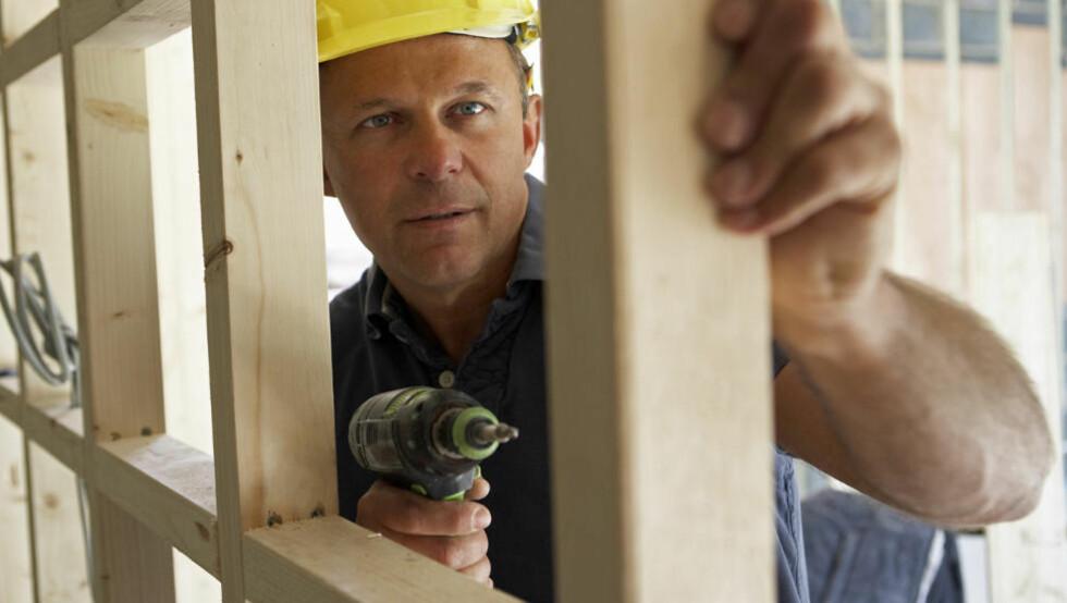 USERIØSE HÅNDVERKERE: Håndverkere ligger på klagetoppen hos Forbrukerrådet. En gjennomarbeidet kontrakt og tydelig oppdragspesifikasjon er det beste grunnlaget for et godt resultat. Illustrasjonsfoto: Colourbox.com
