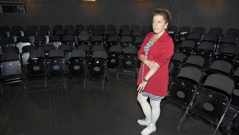 TEATERKLAR:  I kveld har komiker Else Kåss Furuseth premiere med teaterforestillingen «Kondolerer» på Torshovteatret, som er en del av Nationaltheatret. Teksten har hun skrevet selv, og bygger på hennes egne opplevelser med selvmord i familien. Nå setter hun lys på de som er igjen, og at det er viktig å leve videre. Foto: Øistein Norum Monsen / DAGBLADET