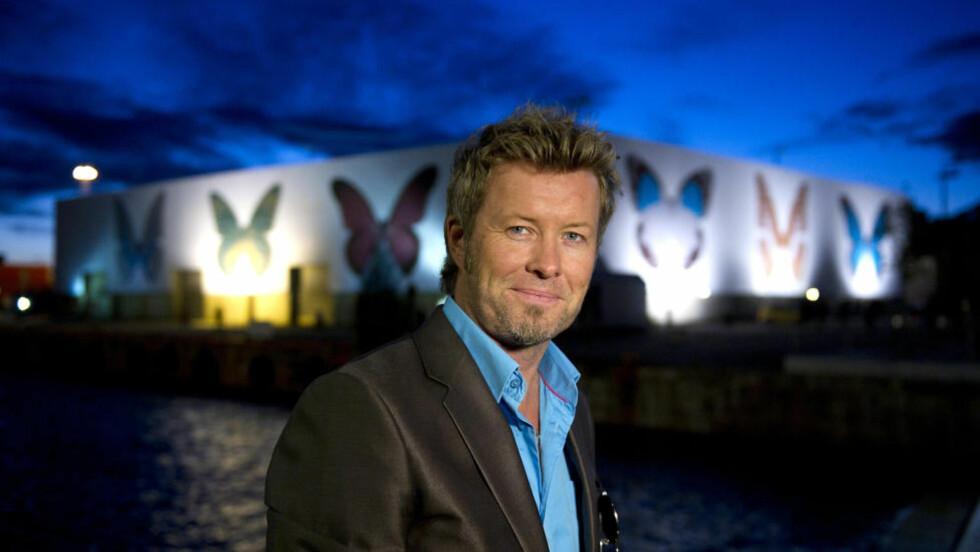 FORAN SOMMERFUGLENE: Magne Furuholmen var stolt av å vise fram Damien Hirsts bidrag til å pynte opp Tjuvholmen ved Aker Brygge i Oslo. Foto: Øistein Norum Monsen / DAGBLADET