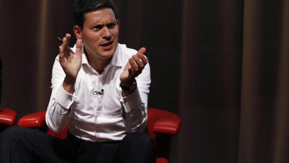 FULL STØTTE: David Miliband har i stor grad trukket seg unna den offentlige politiske debatten for å unngå å skygge for Ed Milibands Labour-lederskap. I går gjorde han et unntak da han talte til en mindre forsamling under landsmøtet i Liverpool. Foto: Scanpix