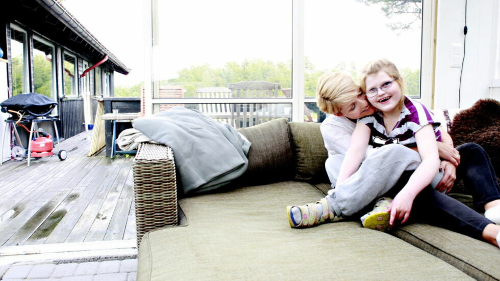 Marias mamma: Legen Annelene Brattvåg (44) har en spennende karriere og jobber heltid. Hun takker Maria (9)  for at hun er blitt et modigere og åpnere menneske. Foto Kristin Svorte