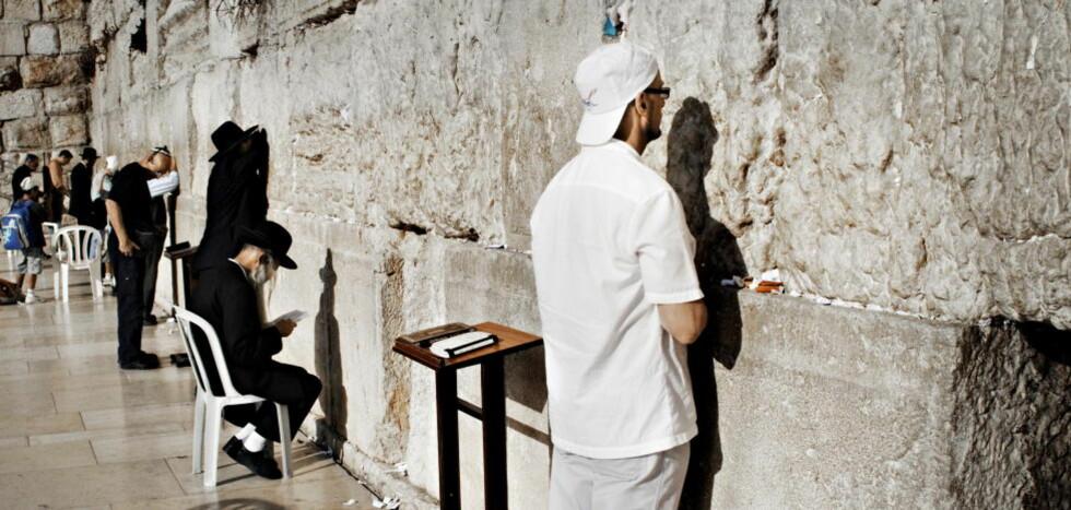 JERUSALEM: Klagemuren er det tydeligste sporet etter det jødiske tempelet som ble revet av romerne i vårt første århundre - en av de mange tragiske episodene i byens historie. Nå har Jerusalem fått sin biografi. Foto: Jørn H. Moen/Dagbladet