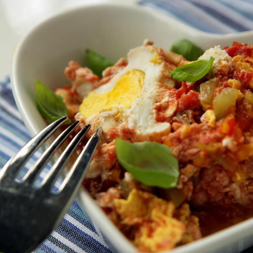 Eggselent: Varm en tomatsaus og knekk i et par egg.