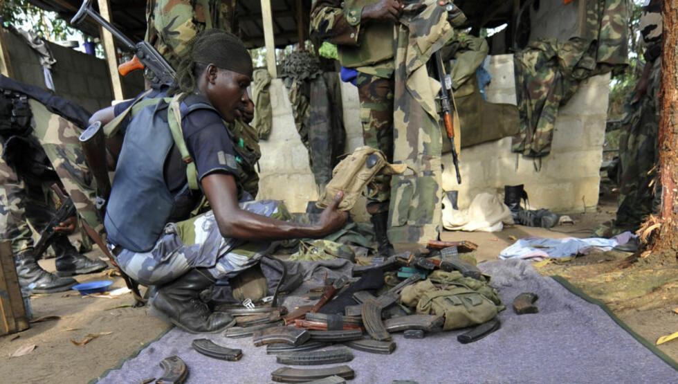 BRA TIDER: Det er dårlige tider for våpensindustriend. Men i u-land selges det fortsatt godt med våpen. Her ser en soldat fra Elfenbenskysten på tilgjengelig utstyr. Foto: SIA KAMBOU